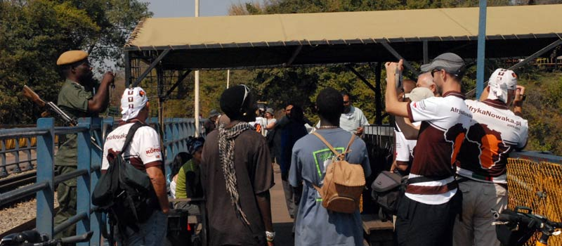 Dzień po naszym przyjeździe do Victoria Falls przyjechała ekipa ósmego etapu i na moście dzielącym Zambię i Zimbabwe przekazała nam pałeczkę. (afrykanowaka.pl)