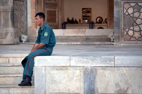 Uzbeccy policjanci, wypełniają sobą chodniki, skrzyżowania, parki i stacje metra. (Fot. Robb Maciąg)