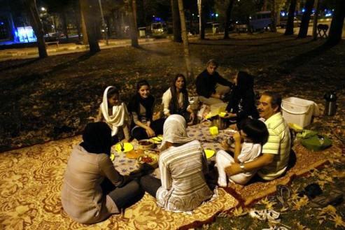Towarzyska część podróży, czyli piknik w Kermanszach. (Fot. Tomek Mazur)