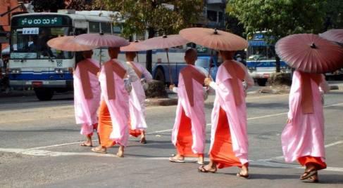 Mnisi na ulicach Rangunu