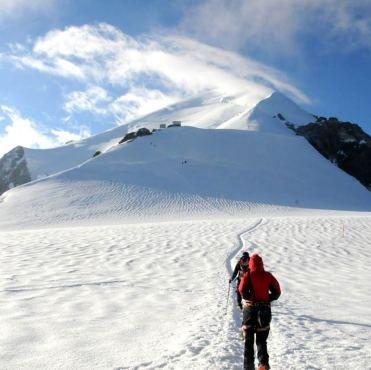 W oddali schron Vallot i droga na szczyt Mont Blanc. (Fot. Wiktor Rozmus)