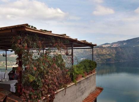 Restauracja z widokiem na jezioro Albano w Castel Gandolfo.