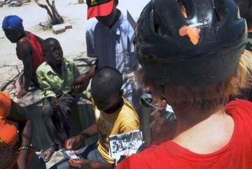 Mieszkańcy Angoli słuchają opowieści o Kazimierzu Nowaku