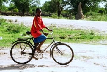 Angolski rowerzysta. (Fot. afrykanowaka.pl)