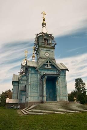 Cerkiew w Lardze - świątynia jedyna w swoim rodzaju. Wykonana z drewna, ale wzorowana na murowanych budowlach, obecnie remontowana. Niestety wkrada się postępowy duch - plastikowe okna, paskudne rynny... (fot. Grzegorz Czorapiński)