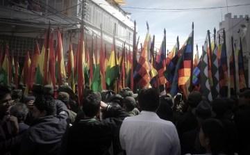 1. Boliwia, Sucre. Fiesta upamiętniająca rewolucję 25 maja 1809 r. Z lewej flaga Boliwii, z prawej flaga Inków. Boliwijczycy tradycje kilkudniowych fiest odziedziczyli po Inkach. (Fot. Maja Szymańczak)