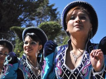 11. Boliwia, Potosi. Nieco inaczej sytuacja wyglądała w Potosi. Przysadziste cholity ustąpiły miejsca młodym uczennicom collegu. (Fot. Maja Szymańczak)