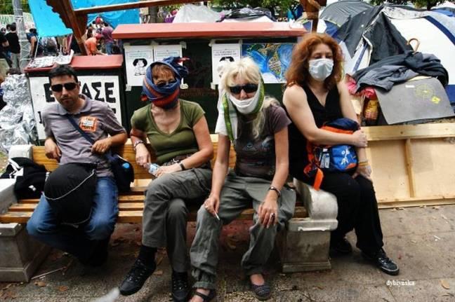 Ławeczka na placy Syntagma w Atenach. Chwilę po tym, jak policja uzyła gazów łzawiących. (Fot. Katarzyna Dybżyńska)