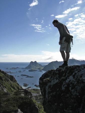 Maciek w górach na Lofotach. (fot. Kasia Barczewska)
