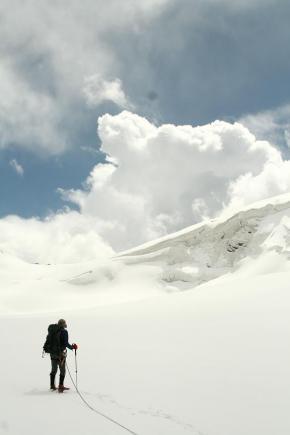 """Gigantyczny nawis śnieżny w drodze lodowcem na zachód od kanadyjskiej kopalni złota """"Kumtor"""" w.... Kirgistanie (fot. Piotr Paradowski)"""