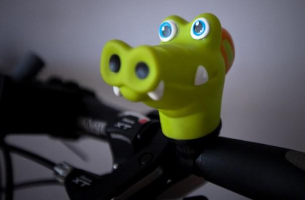 Agnieszka na pożegnalnej imprezie dostała od znajomych z pracy rowerowy dzwonek – gumowego krokodyla. Zrobili, więc konkurs na imię dla niego. (Fot. www.nakrancach.pl)