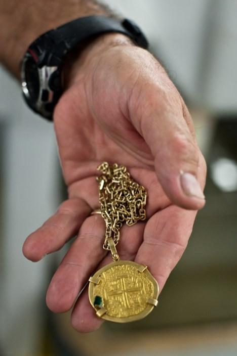 Bierzesz do rąk prawdziwy skarb i jesteś pierwszą osobą od kilkuset lat, która go dotyka. Złota moneta ze szmaragdem warta 20 tys. dolarów (Fot. Tomek Michniewicz)
