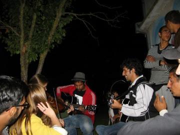 Każda okazja jest dobra, aby na Bałkanach spotkać się przy ognisku i gitarach (Fot. Gosia Drewa)
