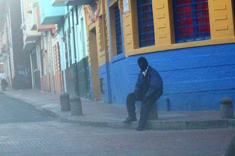 Zamaskowany mężczyzna w centrum Bogoty.
