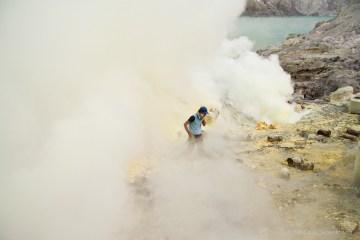 Toksyczne warunki w kraterze Kawah Ijen.