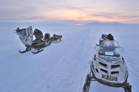 Polarnym krajobrazom nie da się odmówić magii i unikalności. Fiord Van Mijen. (Fot. M. Jastrzębski)