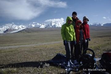 Cała nasza czwórka podczas przejazdu niedaleko pasma Koksha-Too przy granicy z Chinami (fot. Maciek Fertała)