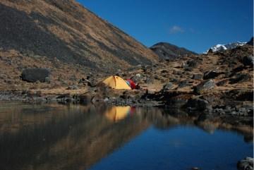 Obóz w dolinie Huancasayani. Położony nad jeziorkiem i potokiem, w bezpośrednim sąsiedztwie niezdobytych szczytów jest idealnym miejscem do prowadzenia akcji górskich. (Fot. Marcin Kruczek)