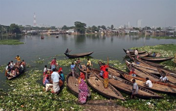 Wodna przeprawa do slumsów w Dhace