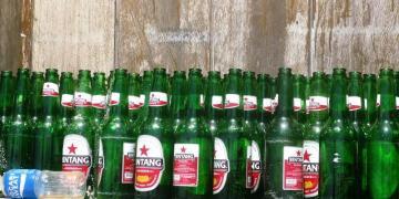 Puste butelki po indonezyjskim piwie