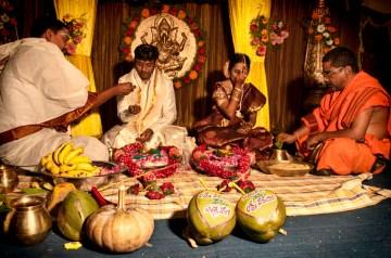 25. INDIE, Kovvur. Przy ceremonii obecni są dwaj kapłani – ze strony Lakshmiego i ze strony Satiavani. Na leżących przed parą kokosach napisane są ich imiona. (Fot. Kasia Adamczyk-Tomiak)