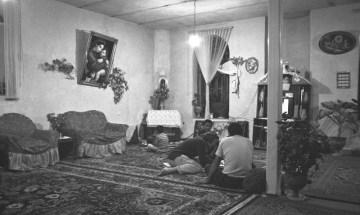 Islamski dom z Marką Boską i Jezusem na ścianie.