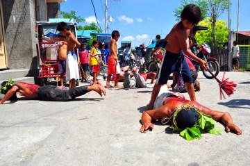Filipiny biczowanie na ulicy podczas drogi krzyżowej.