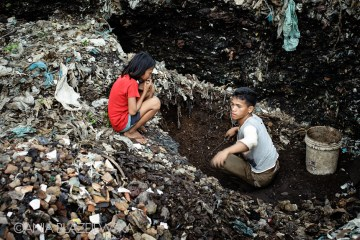Filipińskie dzieci pracują na wysypisku śmieci