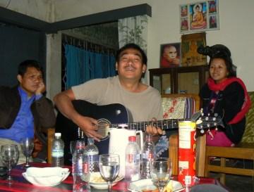 Babludar wygrywa piosenki milosne, po prawej stronie jego zona Rita.