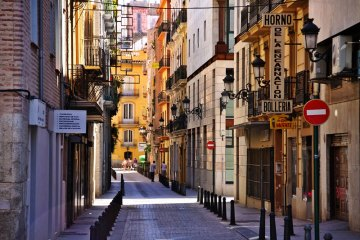 Jedna z wielu urokliwych uliczek w Walencji