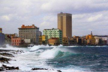 Morskie fale uderzające o brzeg w Hawanie