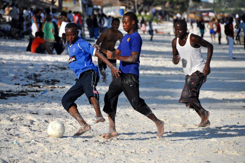 Gra w piłkę na plaży w Kenii