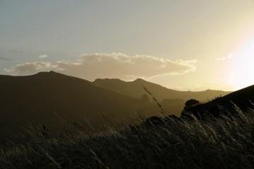 Wzgórza malowniczej zatoki pochodzenia wulkanicznego