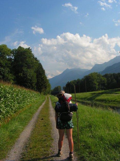 Góry, słońce, zieleń... i od razu maszeruje się łatwiej! (Fot. Wojciech Kostyk)