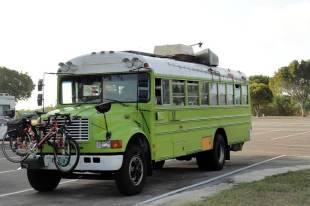Autobus szkolny w roli campera