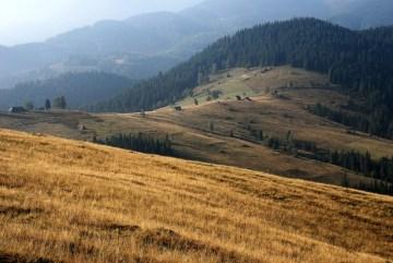 Przełęcz Koszaryszcze (1008mnp) nad wsią Dzembronia. (Fot. Robert Bury)