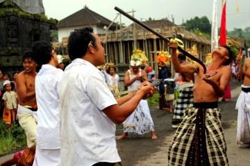 Krwawy taniec - zdjęcia z Indonezji