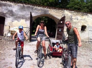Podróżująca rodzina z dziećmi