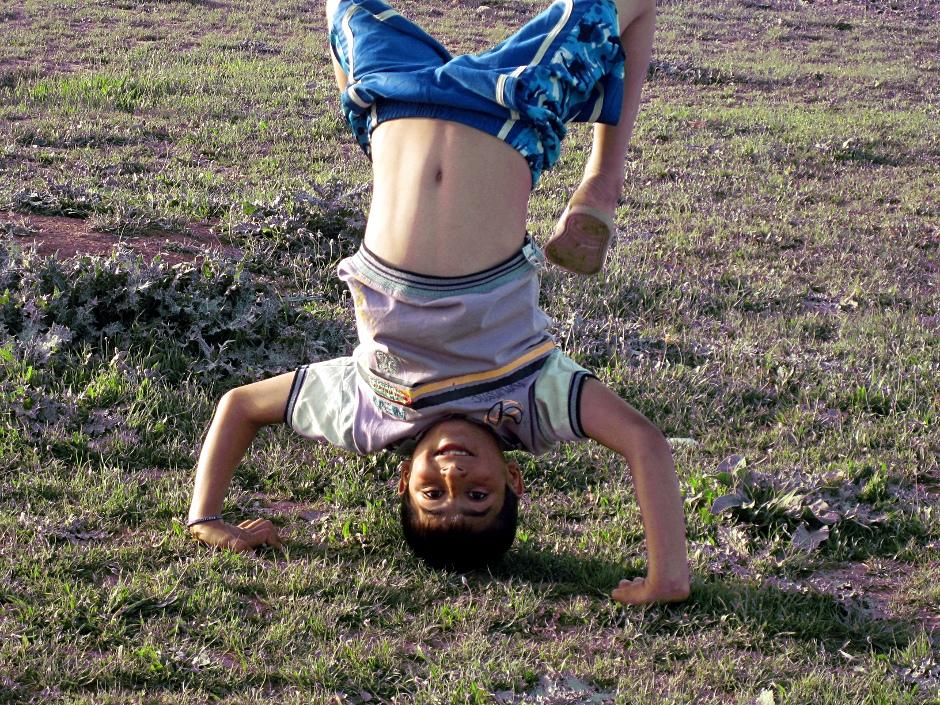 Syryjski chłopiec w obozie dla uchodźców
