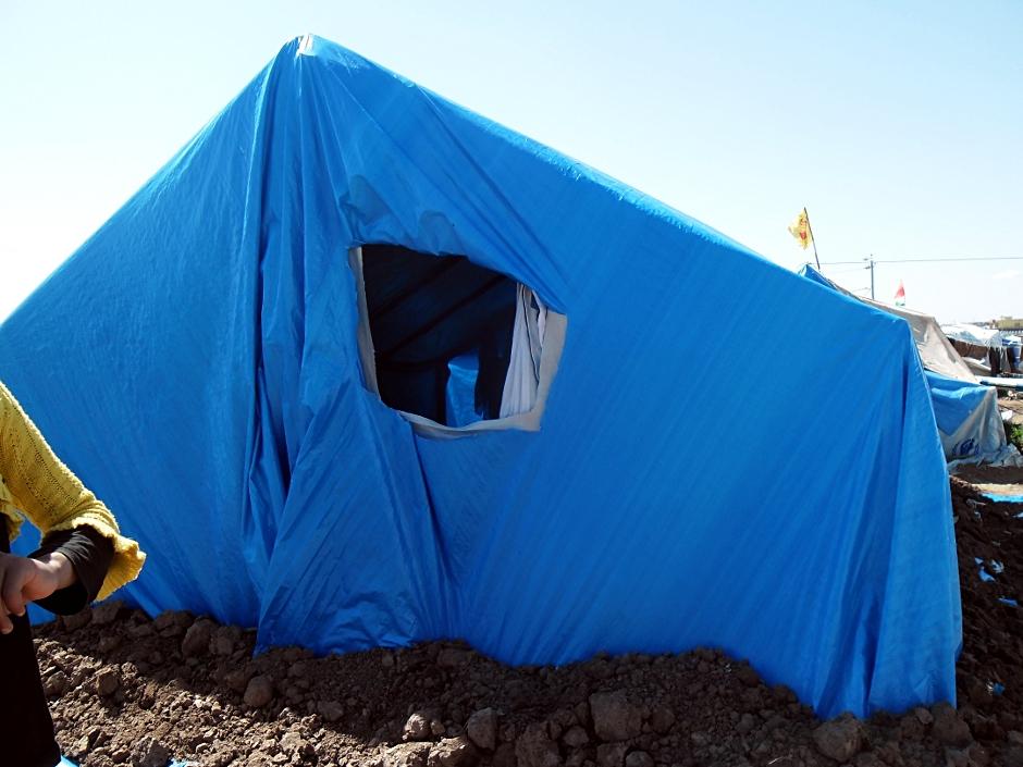 Syryjczycy, którzy opuścili swoje domy mieszkają w namiotach
