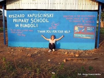 Anna Goworowska przed szkołą im. Ryszarda Kapuścińskiego w Ghanie