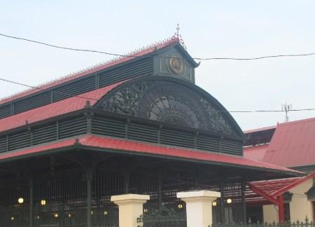 Dach hali targowej zaprojektowany przez Gustava Eiffel'a. (Fot. Justyna Kloc)
