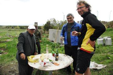 Rowerowa podróż przez Armenię. Spotkanie na cmentarzu