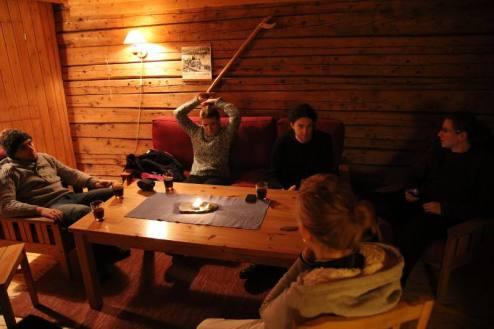 Wnętrze norweskiego domku rorbu