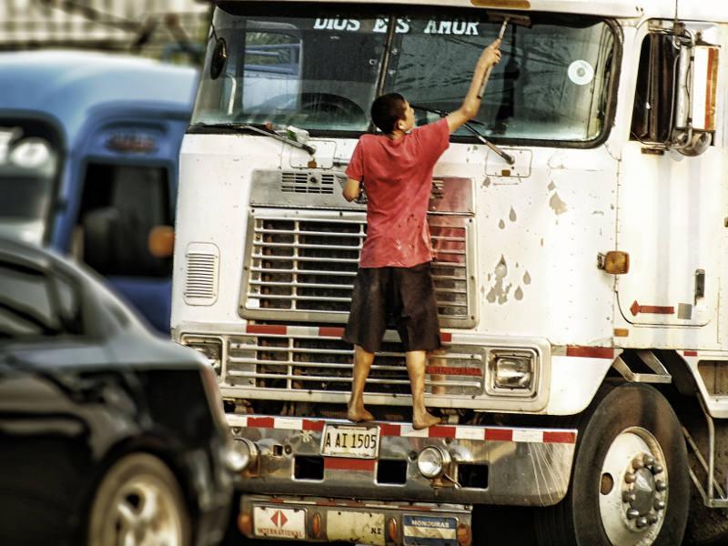 Honduras - mycie szyb w samochodach