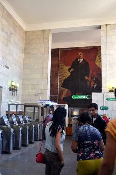 Lenin wita pasażerów metra w Sankt Petersburgu