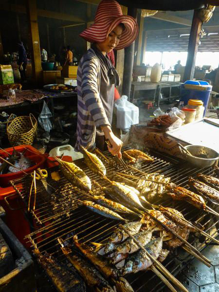 Ryba z grila serwowana w Kambodży