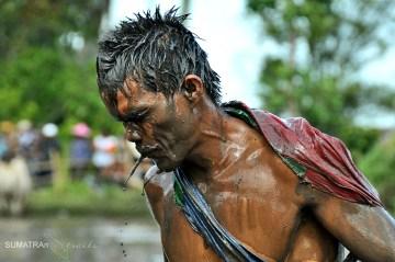 Pokryty błotem mężczyzna z Sumatry