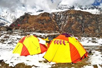 Namioty w obozie w Himalajach - foto