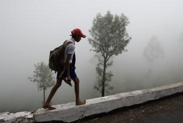 Wracający ze szkoły lankijski chłopiec